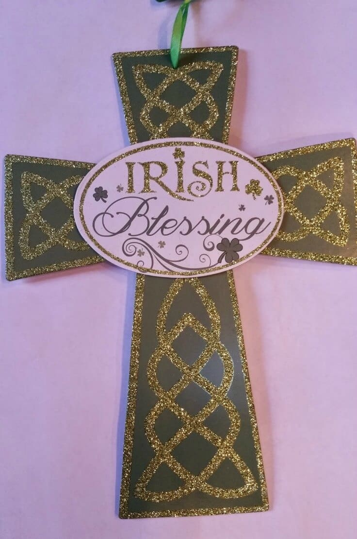 St. Patrick's Day Shamrock Door Hanger or Wall Plaque - A great craft from Robin at Redo It Yourself Inspirations featured on Ideas for the Home by Kenarry®