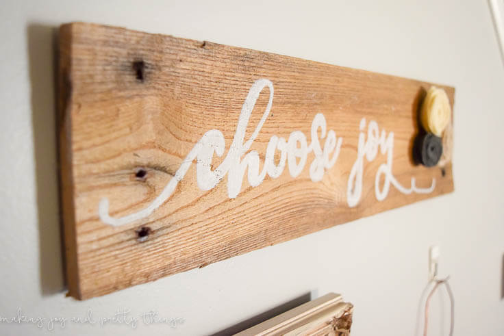 DIY Rustic Pallet Sign - simple farmhouse style sign to add the signature fixer upper look to a gallery wall or blank space!