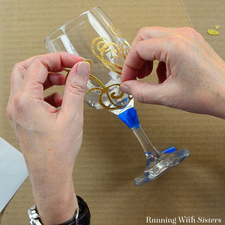 Learn to etch wine glasses with this step by step tutorial and how to video. We'll show you how to personalize wine glasses to make a great gift!