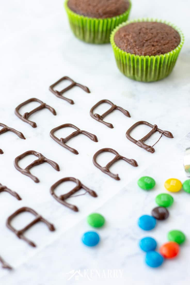 Use chocolate and candy to create edible lawn mowers to decorate Father's Day cupcakes. Make this easy dessert as part of your Father's Day dinner. #fathersday #cupcakes #recipes #cupcakeideas