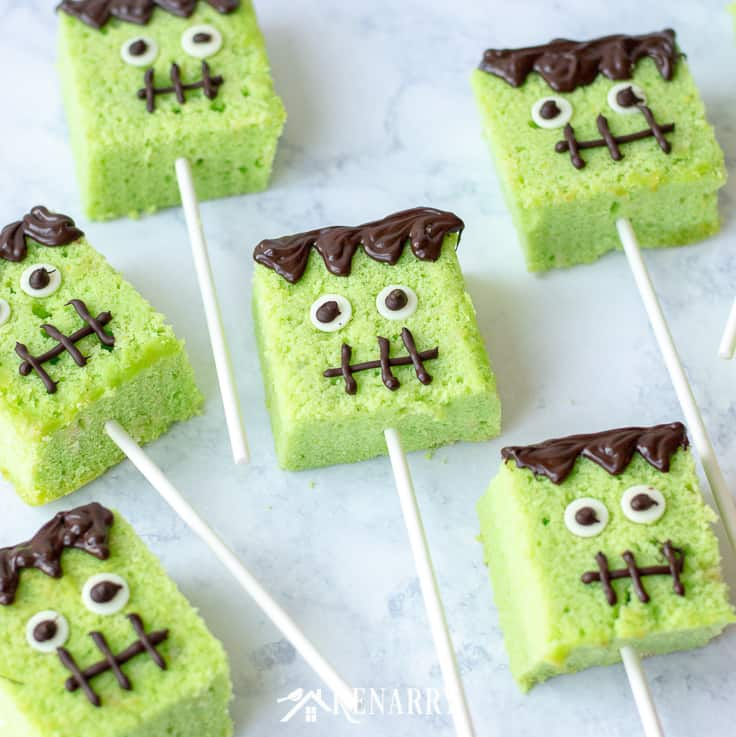 Halloween cake pops are a fun treat to make for a kids party or an easy dessert to enjoy after you trick or treat from door to door. Learn how to make these cute cake pops with this step-by-step tutorial. #easyrecipes #halloween #recipes #dessert #kidfriendlyrecipes