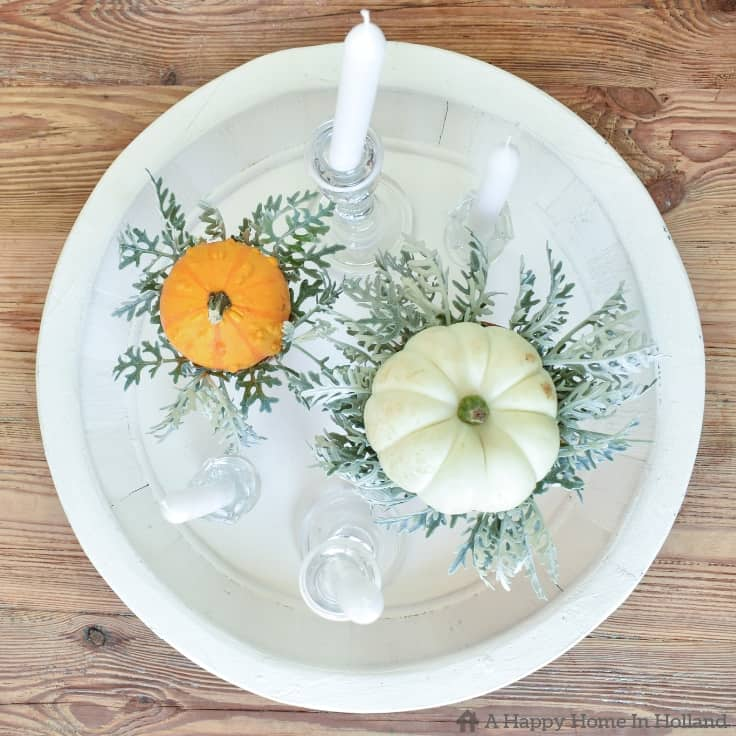 Learn how to create a simple but stylish display using pumpkins and gourds. #fall #falldecorideas #fallhomedecor #falldecorations #pumpkins #kenarry