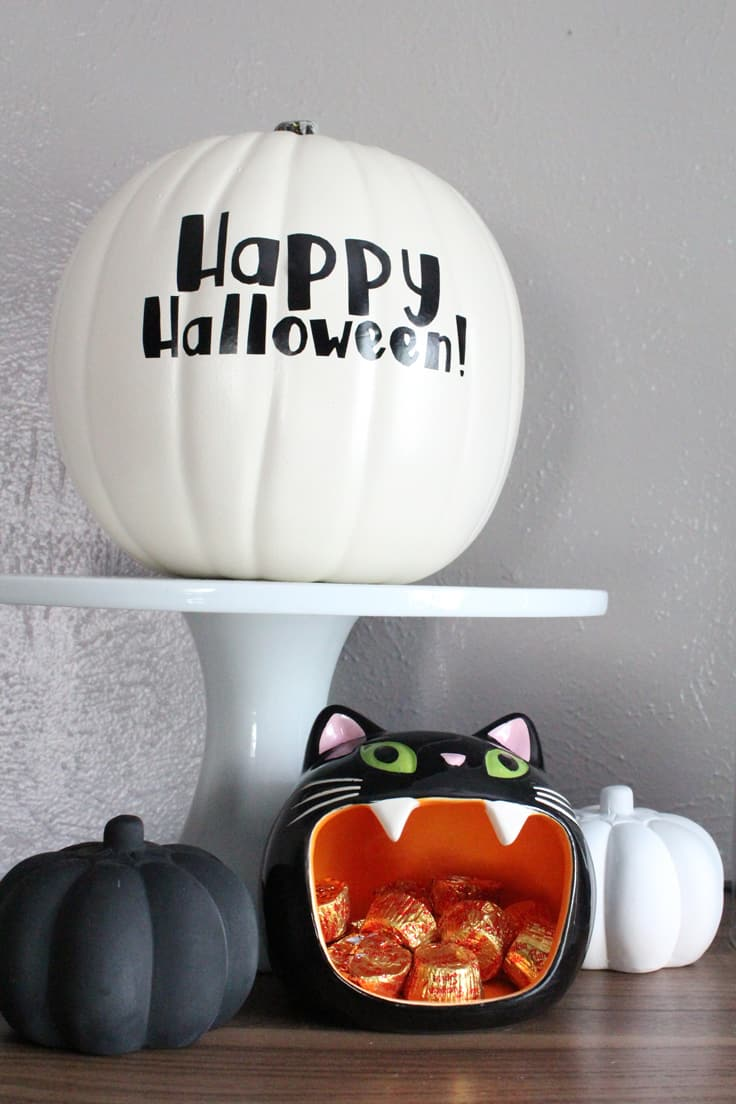 Learn how to cut vinyl to make a custom Halloween pumpkin design, even if you don't have a fancy cutting machine like a Silhouette or Cricut. This easy no carve pumpkin tutorial includes a free printable design and step-by-step instructions to decorate a fall or Halloween pumpkin for your home or front porch. #pumpkins #halloweendecorations #halloweencrafts #falldecorations #fallfrontporch #halloween #kenarry