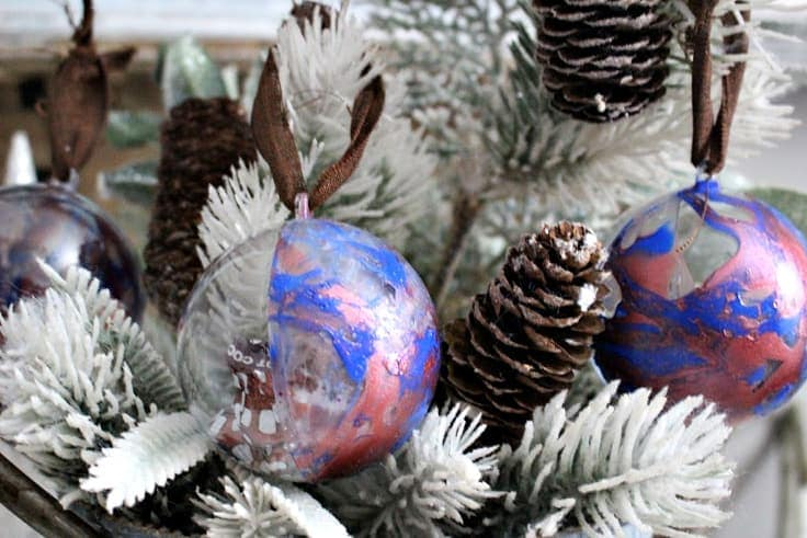 Learn how to make these easy nail polish dipped Christmas ornaments that you can fill with treats. You can even slip a few dollars in there if you really want to make the kids smile! #christmascrafts #christmas #kenarry