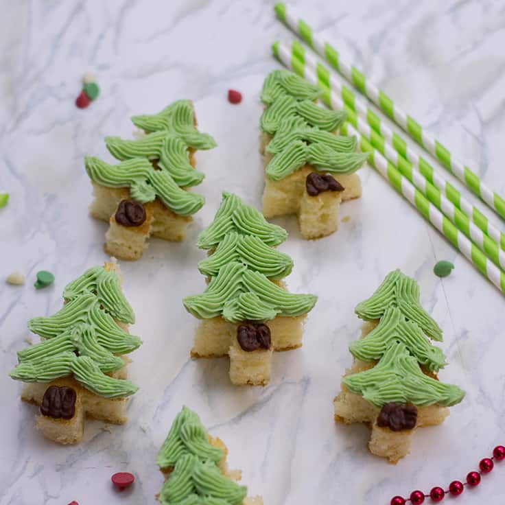 These cute mini homemade Christmas cakes are tasty, festive and look fancy, but they are incredibly easy to put together. Make 'em, share 'em at a party, and most importantly: enjoy 'em! #desserts #recipes #kenarry