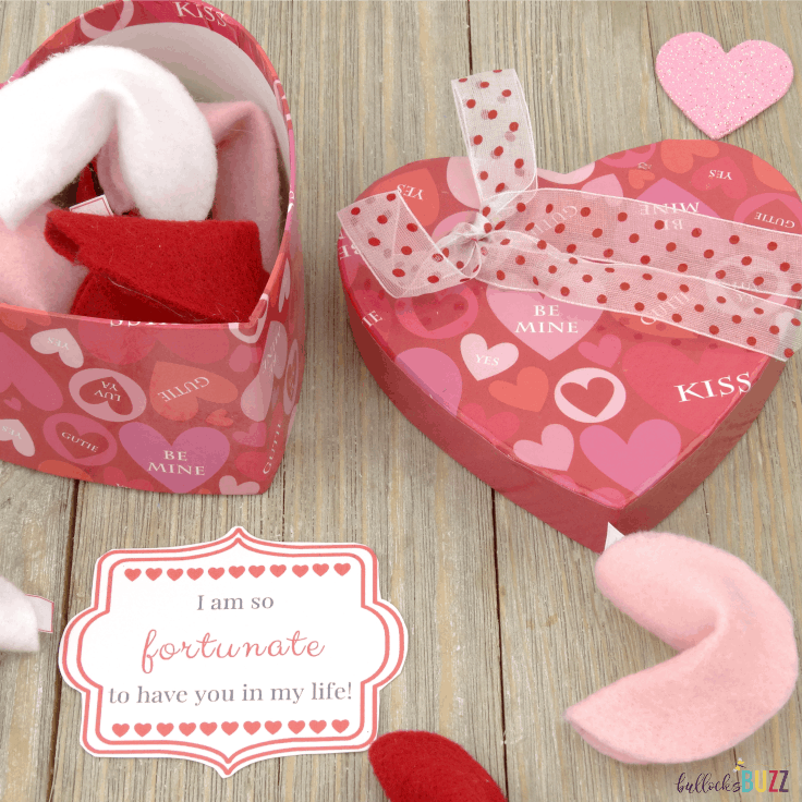 DIY Felt Fortune Cookies are SO easy to make and only require felt, a pipe cleaner and some hot glue! Include a fortune and this free printable gift tag, and you'll have a special Valentine's Day treat for kids or for adults to adore! #valentines #valentinecrafts #kenarry